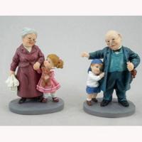 PLA16544  Бабушка или дедушка с внук 8.9*6.3*12 см