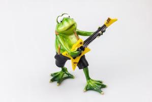 К8946 Фигурка Фрогги Гитарист 15*13,5 см керамика